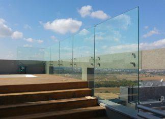 גם יפה וגם בטוח – מעקה זכוכית